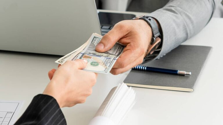 How Salary Disbursement on a Fixed Date Motivates Employees